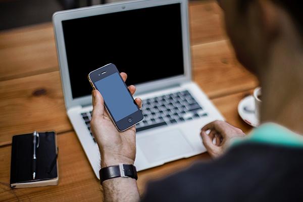Persona viendo pantalla del móvil
