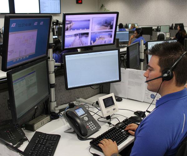 personal de alarmas de mexico observando ordenadores desde la central de monitoreo